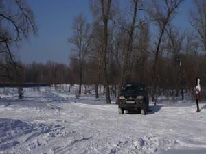 MONTERO თოვლში პატარა აღმართზე