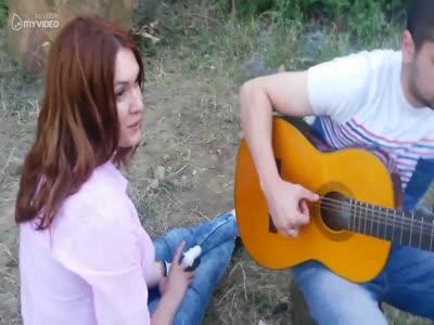 ნახეთ რა ლამაზად მღერის ეს გოგონა - ბიჭოვ, ბიჭოვ მე შენს მეტი