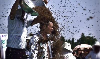 ამ ადამიანმა სხეულზე 637, 000 ფუტკარი დაისვა, რითიც გინესების წიგნში შევიდა.