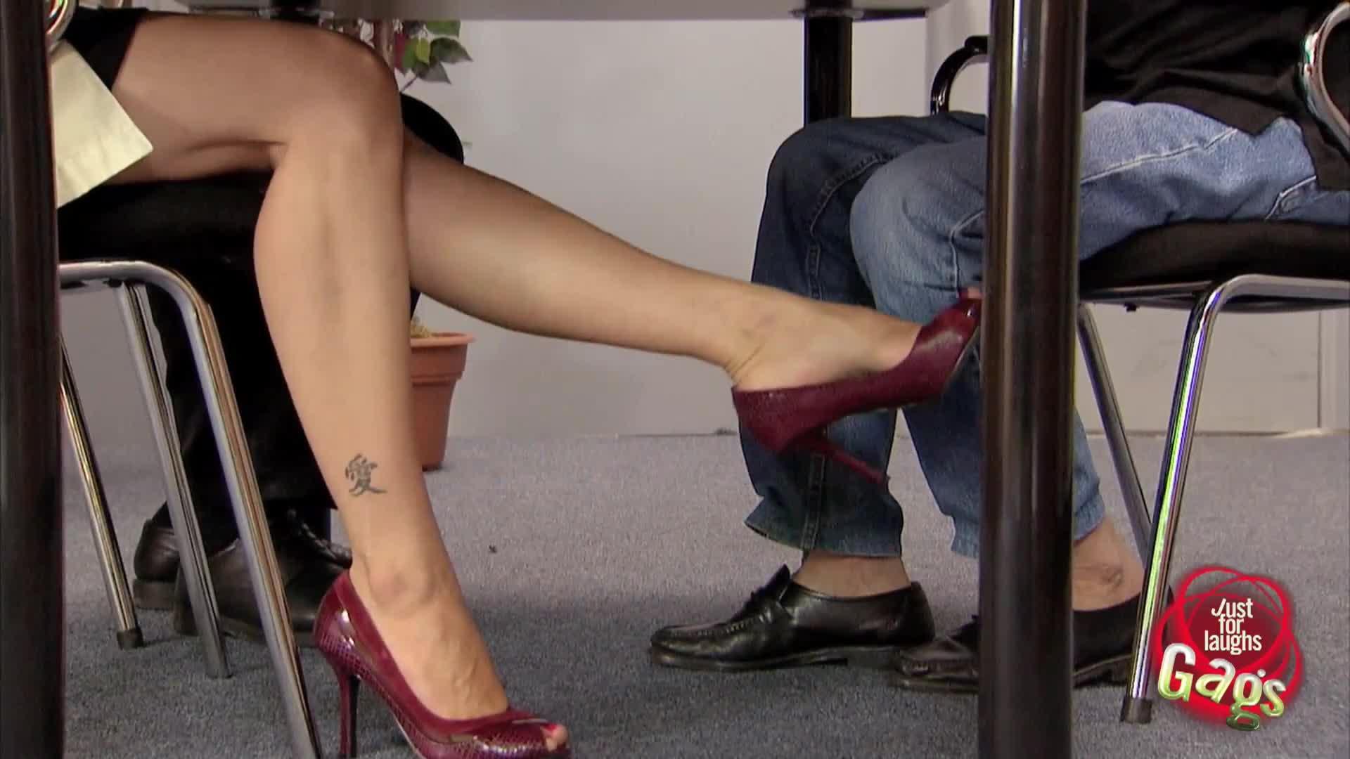 у женщины под столом-ою2