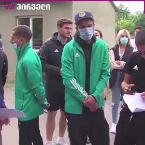 საჩხერეში კრიმინალური პოლიცია სტადიონზე ფეხბურთელებს არ უშვებს (ვიდეო)