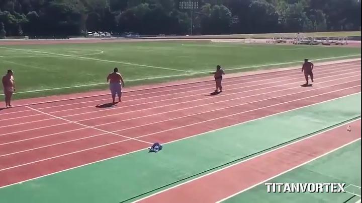 ძალიან სახალისო ვიდეო - სუმოისტები ერთმანეთს სირბილში გაეჯიბრნენ